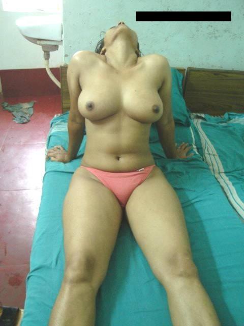 wanita Topless di Bangladesh perapian di rumah untuk bersantai